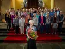 Toos Snellen (96) gehuldigd voor dertigjarig lidmaatschap Wedertzangers Valkenswaard