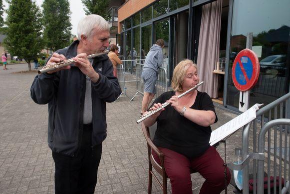 Hubert en Astrid spelen muziek voor mama Clara aan het woonzorghuis Kouterhof in Destelbergen.