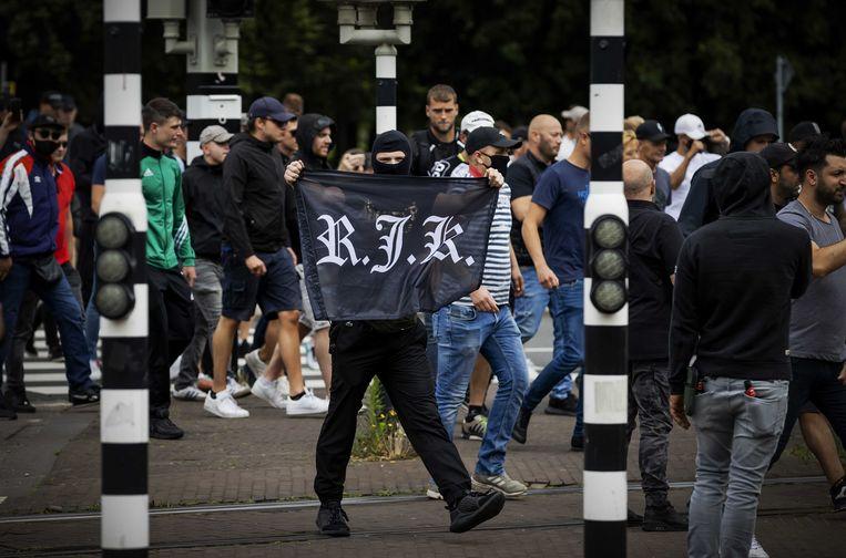 Hooligans van RJK (Rotterdam Jongeren Kern) zoeken de confrontatie met de politie bij het Centraal Station. Beeld ANP