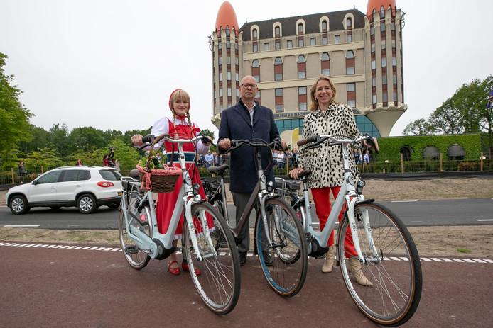 Staatssecretaris Van Veldhoven, wethouder Bruijniks (Loon op Zand) en Roodkapje komen aanfietsen op de zogenaamde Sjees Fiets (estafettefiets) waarvan het eerste exemplaar aan een medewerker van de Efteling geschonken word.