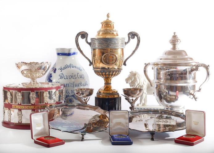 Een aantal van de trofeeën van Boris Becker dat vandaag wordt geveild.