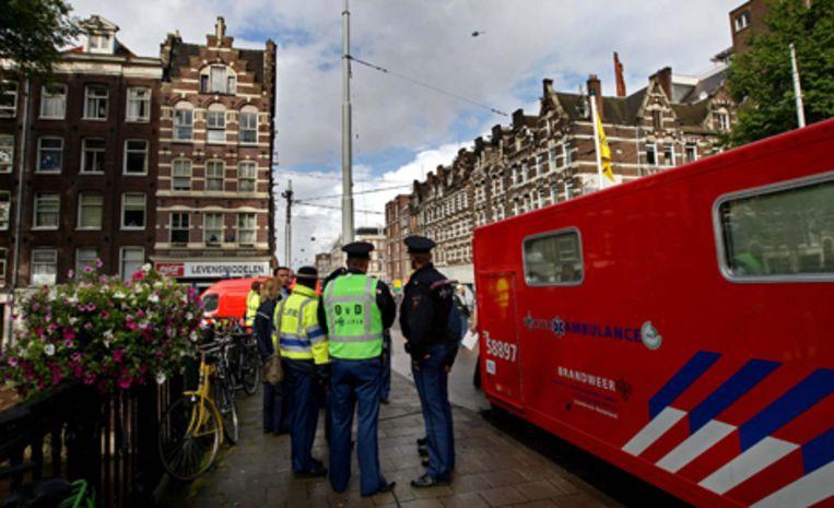 De politie sloot straten rond het huizenblok tussen de Bilderdijkstraat en de Da Costakade af. Beeld