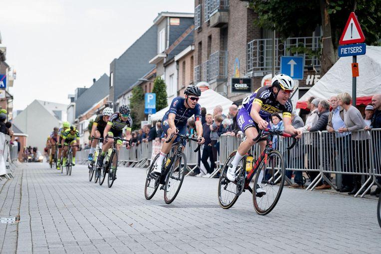 De renners geven het beste van zichzelf op de fiets.