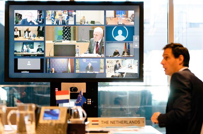 Minister van Financiën Wopke Hoekstra tijdens de videoconferentie met zijn Europese collega's.
