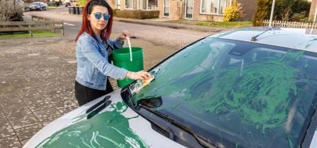 Kapster uit Sint Jansklooster met handen in het haar: Wie besmeurde haar auto met groene verf?