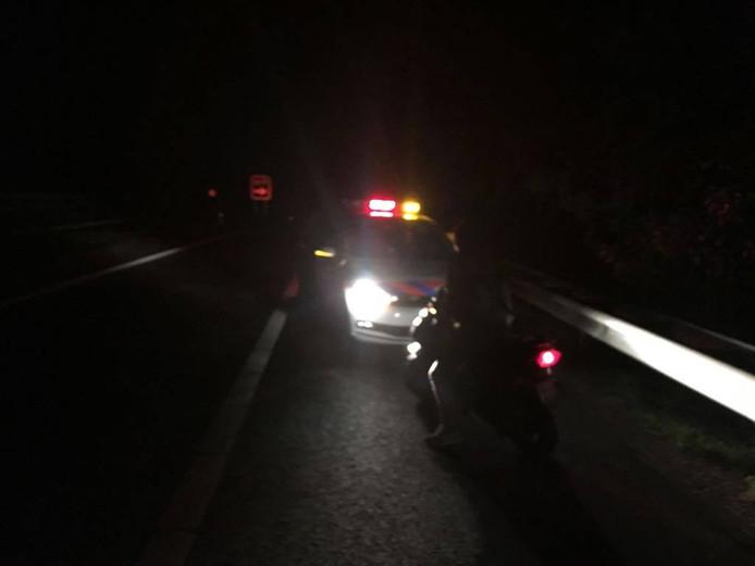 Een scooterrijder belandde vannacht op de A28, naar eigen zeggen omdat zijn navigatie het wegens een lege batterij niet deed.