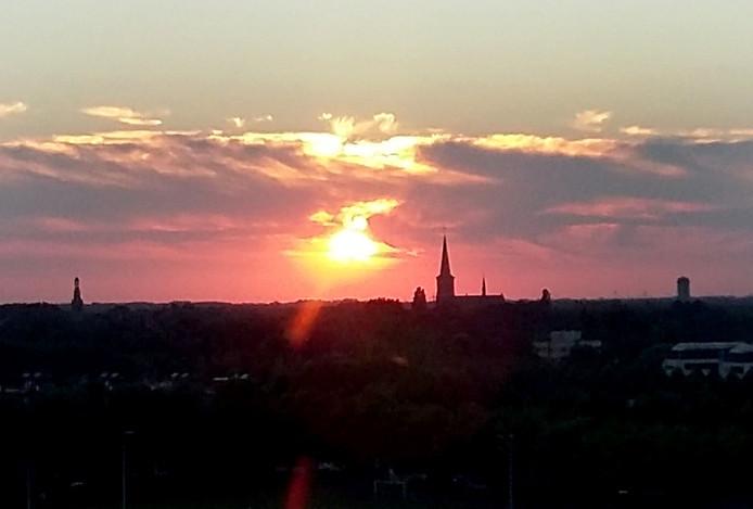 Mooie zonsondergang mandagavond boven West-Brabant vanaf Trivium toren in Etten-Leur