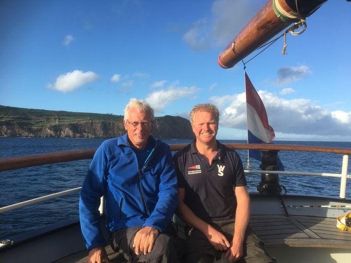 Links docent wiskunde Ben Geels en rechts Pim van Dijk, engineer. Aan boord van het schip Wylde Swan. Op dit moment liggen ze voor een van de eilanden bij de Azoren.