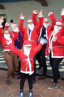 Kerstmannen Santa Run in startblokken