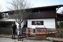 Journalisten filmen Duitse agenten op 13 januari 2020 als zij het huis in Starnberg betreden.