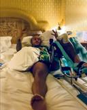 Memphis Depay ligt in een bed na de operatie aan zijn knie.
