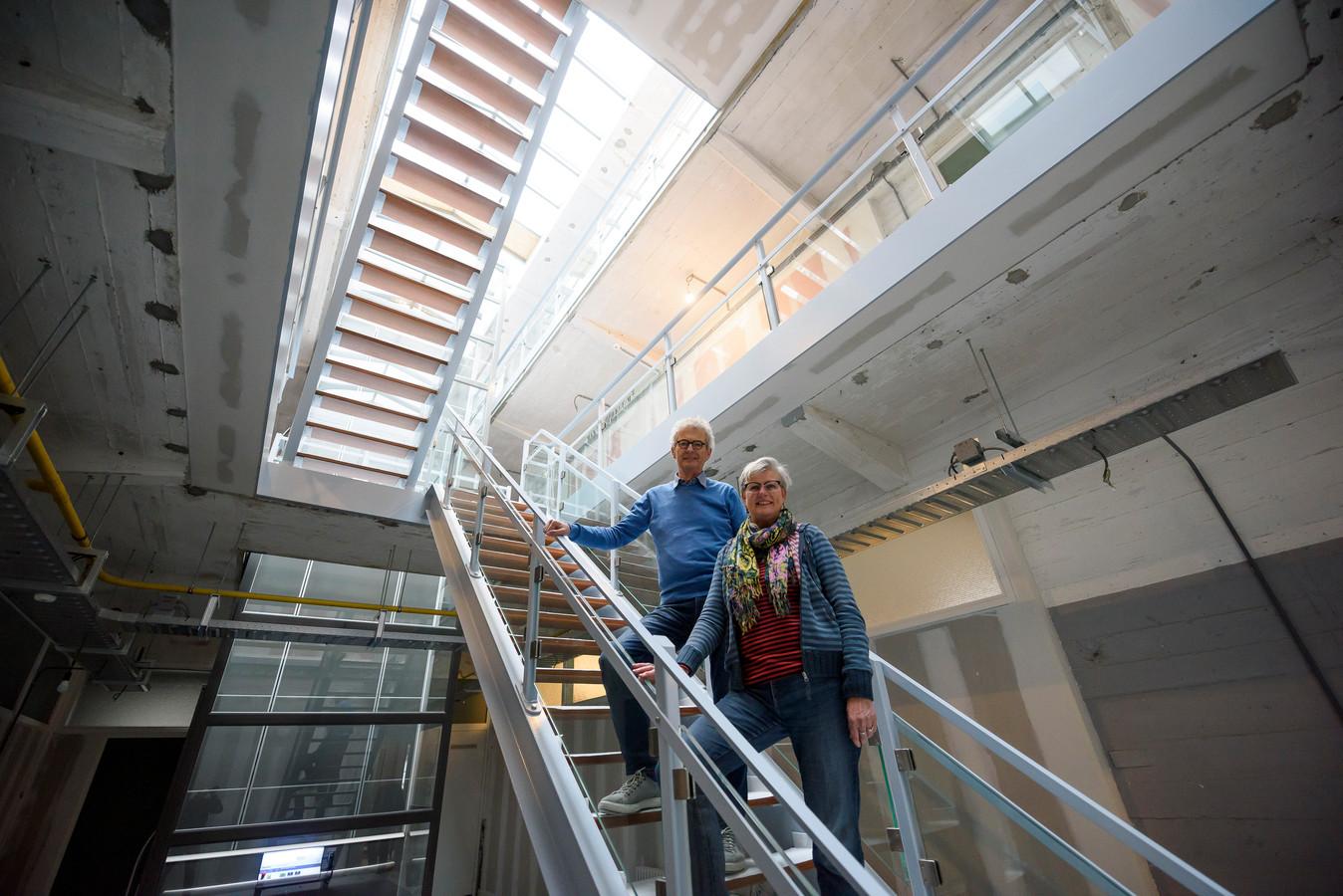 Marianne van Buul en Chris van Lenteren van CPO Twee in het deel authentieke, deels nagemaakte stalen trappenhuis van het NRE-gebouw in Eindhoven.