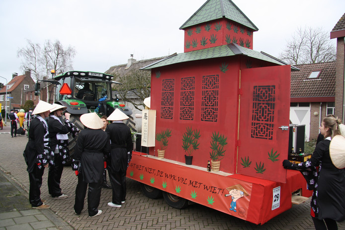Actualiteit in de optocht in Weurt: wiet in De Wok.