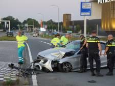 Auto crasht op kruispunt in Waalwijk, bestuurder gewond naar ziekenhuis