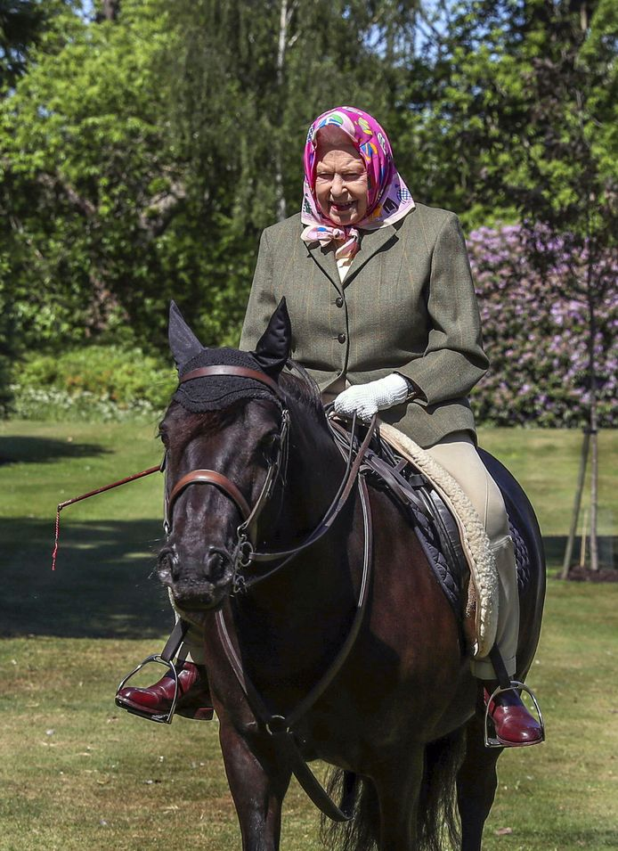 Queen Elizabeth II rijdt op Balmoral Fern, een 14 jaar oude Fell Pony, in Windsor Home Park.
