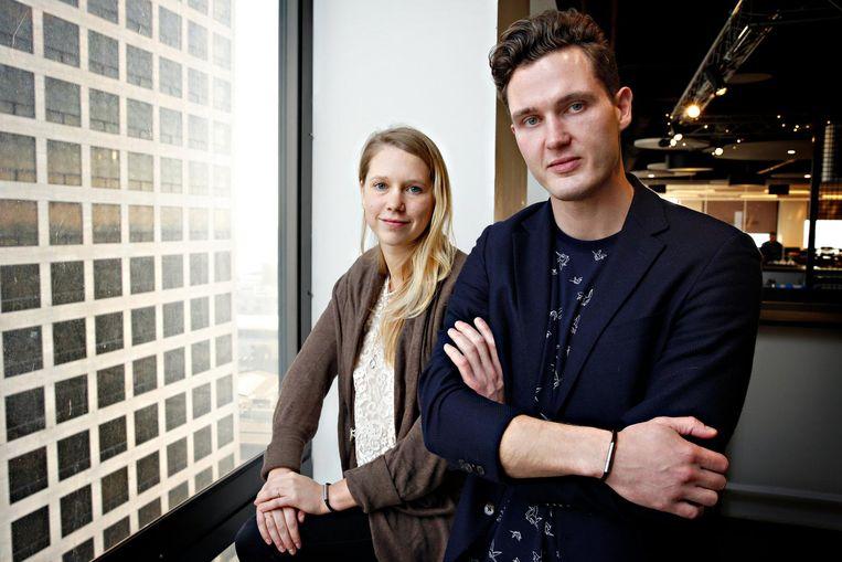 Carlijn Bettink en Roel van der Kamp dragen de 'Invi Bracelet', die een walgelijke geur kan verspreiden.