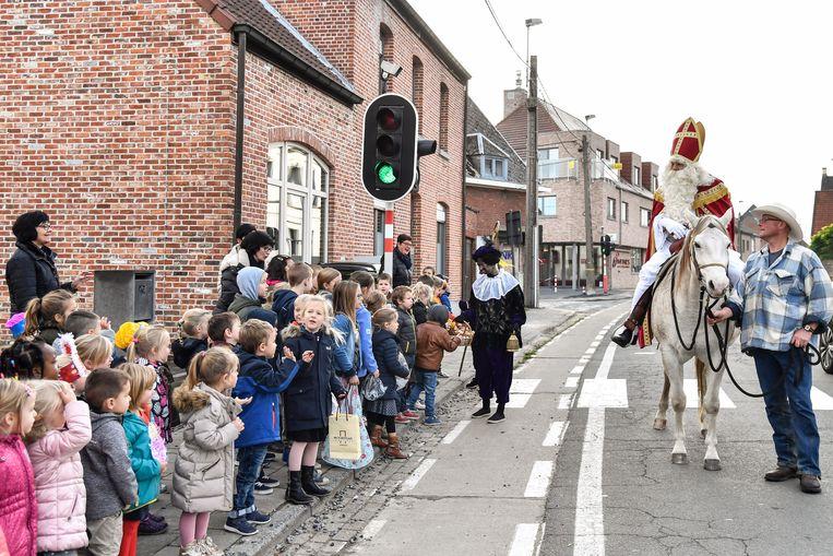 Sint-Maarten kwam aan te paard, kinderen wachten hem op aan de schoolpoort.