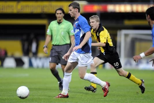 De verdachte wedstrijd tussen Veendam en Helmond Sport, met op de achtergrond arbiter Gözübüyük.