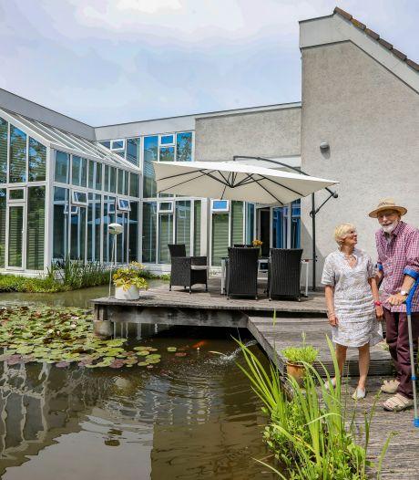 Jan en Marlène gaan weg uit hun moderne villa met voor en achter water