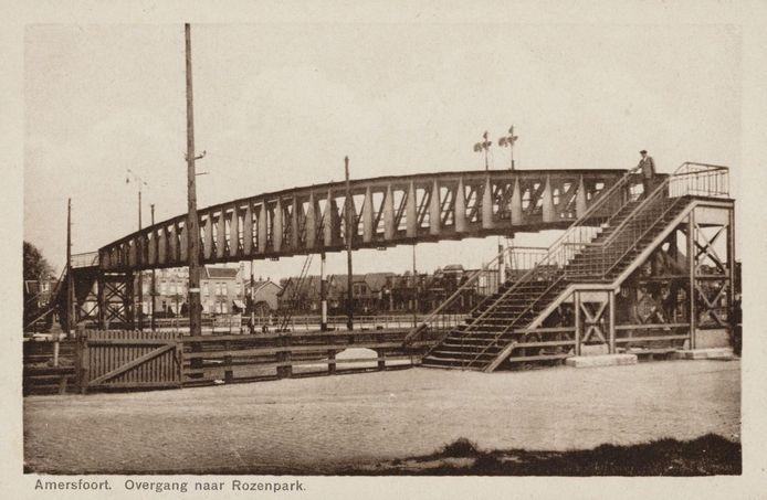 Deze voetbrug verbond het Smallepad met de Soesterweg van 1901 tot 1959. Voor kinderen was het een attractie om op de brug te staan op het moment dat er een rokende stoomtrein onderdoor reed. Toen er een tunnel onder het spoor kwam, werd de brug overbodig.