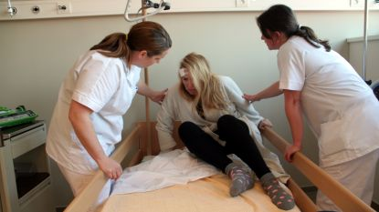 Eerstejaarsstudenten verpleegkunde en sociaal werk in gesprek met patiënten voor een mensgerichtere zorg