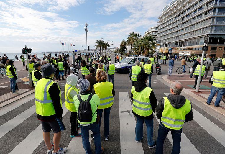 Mensen in gele hesjes in Nice. Beeld EPA