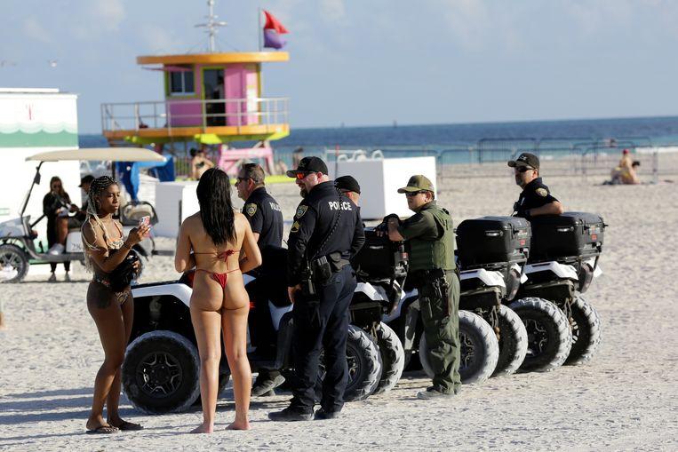 Politie op een strand in Miami Beach.