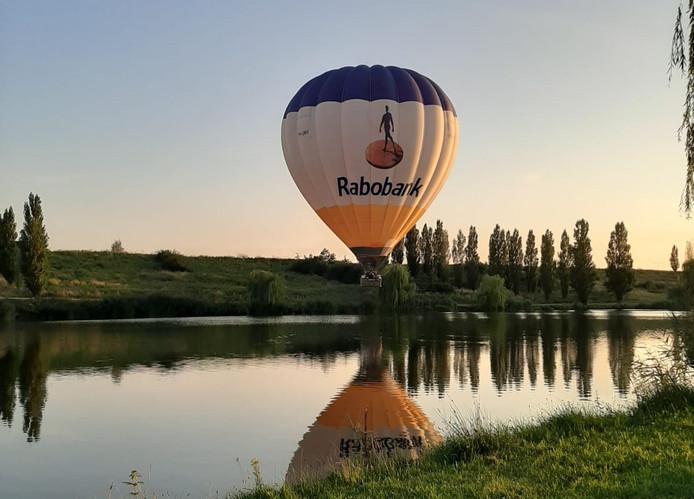 De ene ballon vloog heel laag over de Veldhuizerplas.