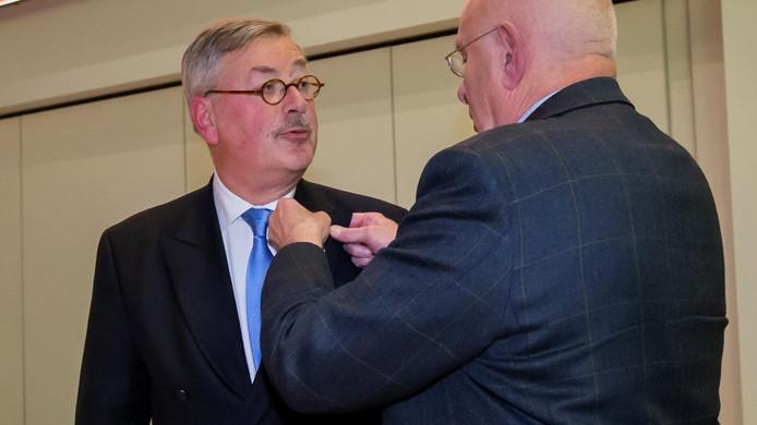Ger Vermeulen krijgt de KNVB- onderscheiding van bondsvoorzitter Michael van Praag.