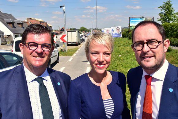 Bart Tommelein, Sandrine De Crom en Vincent Van Quickenborne op de N50 in Bellegem, bij de camera van de trajectcontrole.