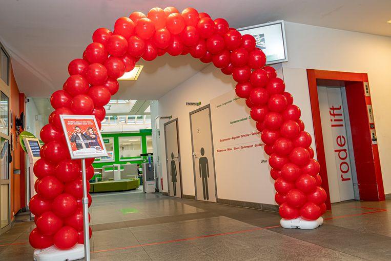 Een rode ballonenboog verwelkomt de bezoekers van het stadhuis.