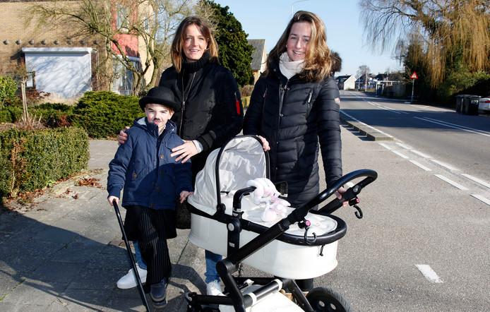 """Esther van de Luijster, met zoontje Benjamin, beaamt dat starterswoningen in Groede schaars zijn. Haar dochter Anne Martens, die een dochtertje heeft,  kon bij haar partner intrekken in Groede: """"Anders was het niet gelukt."""""""