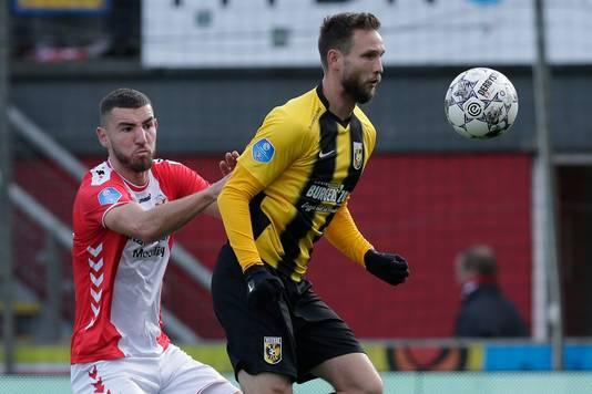 Tim Matavz  schermt de bal af voor Michael Heylen van FC Emmen.