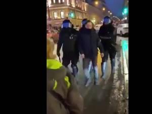 """3.300 arrestations en Russie, une manifestante dans un """"état grave"""" après avoir été frappée par un policier"""