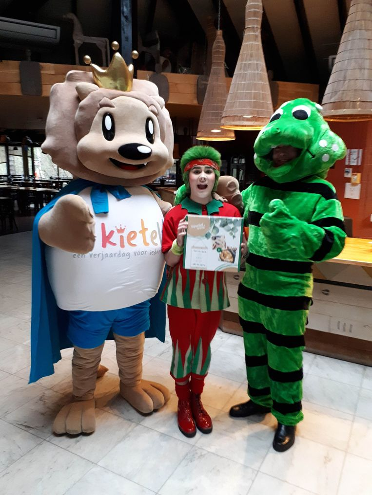 De mascottes van vzw 't Kietelt en Lommel SK nemen het cadeau in ontvangst van een mascotte van Center Parcs