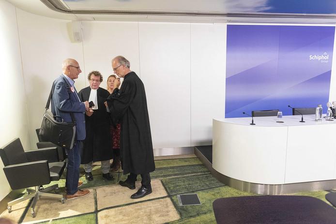 De advocaten van de vakbonden overlegden voorafgaand aan het kort geding van Schiphol tegen de vakbonden.