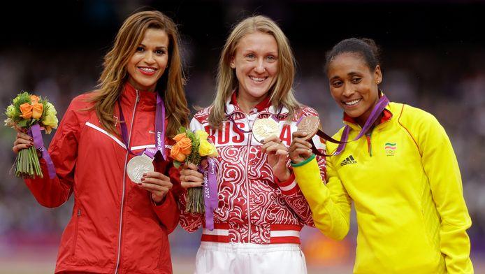 Yuliya Zaripova (midden) moet haar gouden medaille van Londen 2012 weer inleveren.