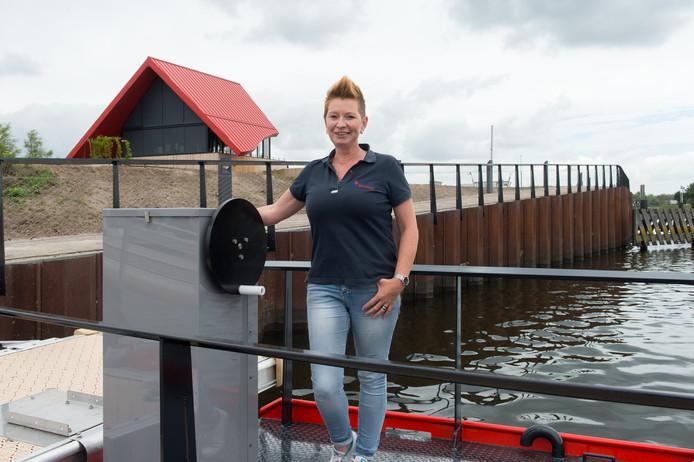 Renate Ilmer, de nieuwe directeur van de haven Drimmelen, op het nieuwe pontje met op de achtergrond het havenkantoor.