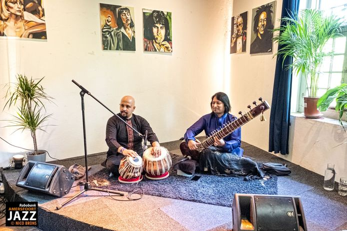 De Indiase artiesten Shakir Khan (sitar) en Anubrata Chatterjee (tablas) in de Volmolen tijdens Amersfoort Jazz 2019