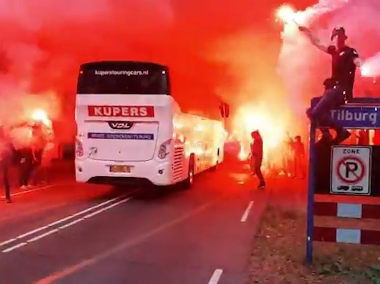 Spelersbus Willem II warm onthaald door supporters