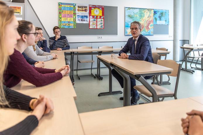 Minister Arie Slob tijdens een eerder schoolbezoek in Goes.