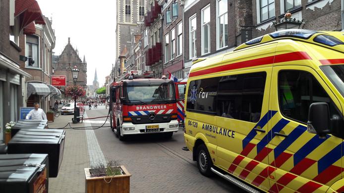 In de Houtzagerssteeg in Kampen woedde dinsdagmiddag brand op een dakterras.