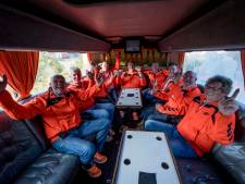 Heeren van Oranje uit Borne kijken het WK voor de verandering in de kroeg