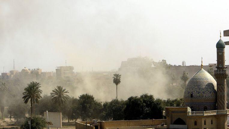 Rook is te zien na de explosie in de buurt van de Iraanse ambassade in Bagdad. Beeld afp