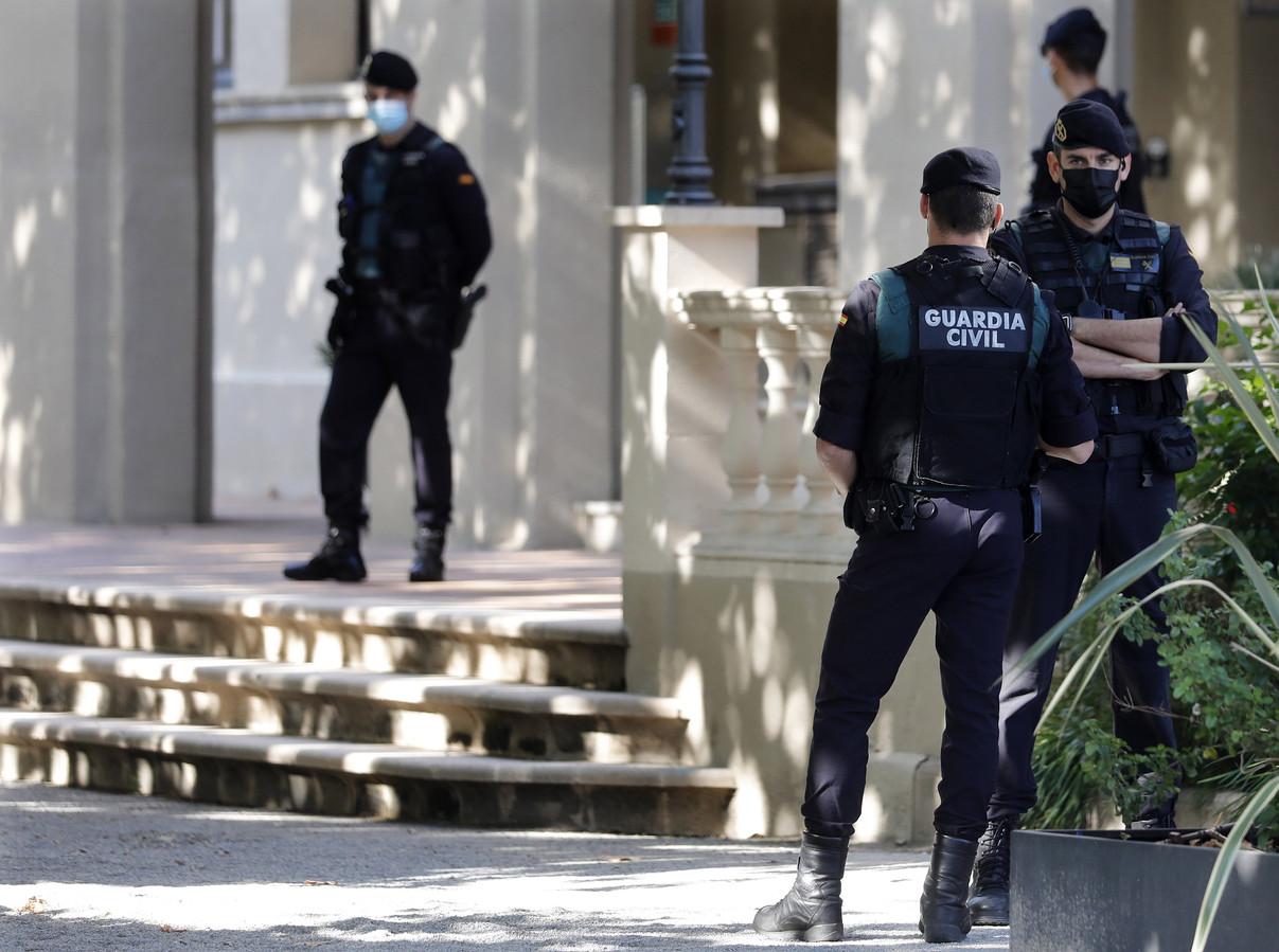 Ook het gemeentehuis van kustplaats Cabrera de Mar kreeg de Guardia Civil over de vloer.  De burgemeester steunt Puigdemont.