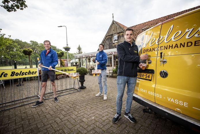 Dick Lansink, Max Geerdink Johannink en Len Veelers (vlnr) bij de Tapbus waar een vers pilsje op bijzondere wijze wordt getapt.