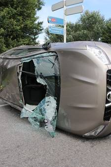 VIDEO: Auto slaat over de kop op oprit A59 bij Waspik: vrouw gewond, auto's total loss