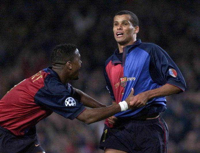 Rivaldo viert zijn goal met Patrick Kluivert.
