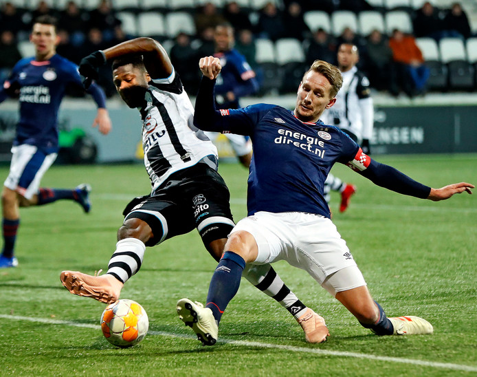 Het duel van vorig seizoen. Stephen Sama in duel met PSV-spits Luuk de Jong.