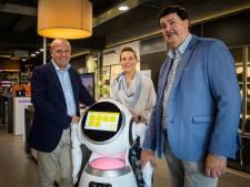 """Deze robot wijst de weg in Gentse elektrozaak: """"Binnenkort zullen we steeds vaker robots zien als personeel"""""""